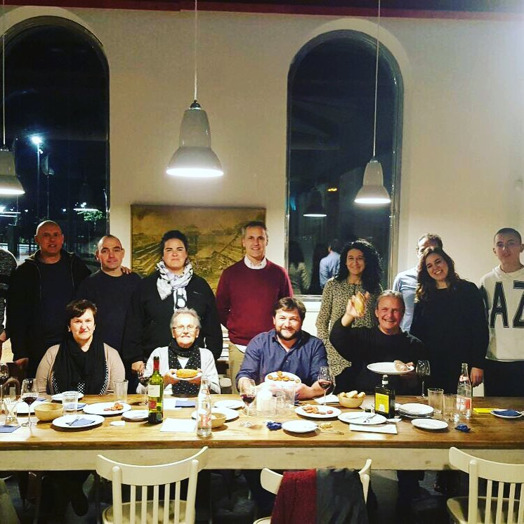 asistentes a la charla sobre la matanza del cerdo en Cantabria en La Caseta de Bombas