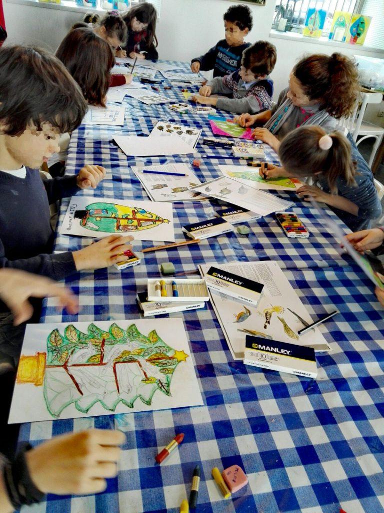 Niños pintando en el taller de Roberto Orallo